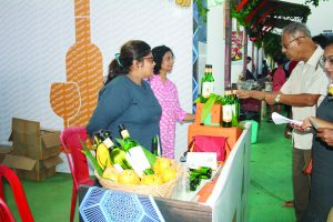 MANGOES & WINE: Everyone enjoyed the mango wine at the Pomar De Frutas wine stall.