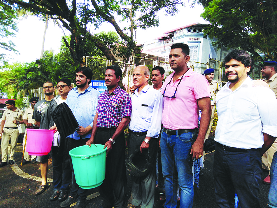 AAP PROTESTS WATER SHORTAGE OUTSIDE CM'S ALTINHO RESIDENCE